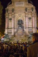 Les Veilleurs devant la fontaine Saint-Michel à Paris le 8 avril 2014