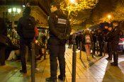 Les Veilleurs bloqués par les gendarmes devant le palais de justice de Paris le 8 avril 2014